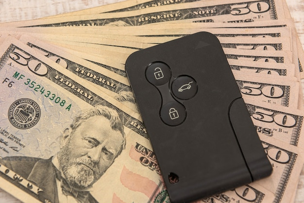 Chave de carro moderno com conceito de dólar americano, venda ou aluguel