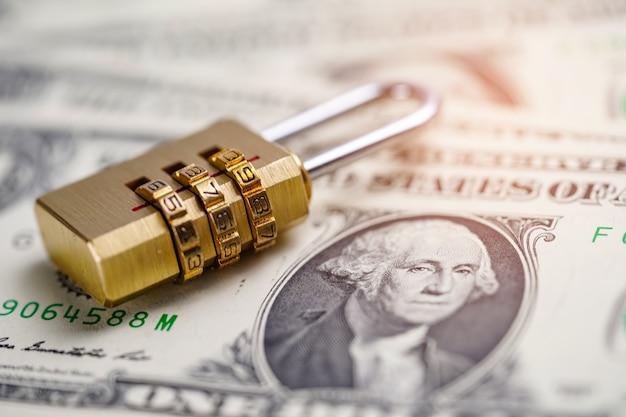 Chave de fechamento digital da senha da segurança dourada em cédulas do dólar americano.