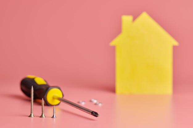 Chave de fenda com parafusos para reforma de casa