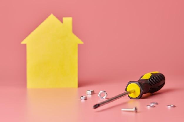 Chave de fenda com porcas e parafusos para reforma da casa