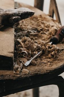 Chave de fenda e cacho de madeira