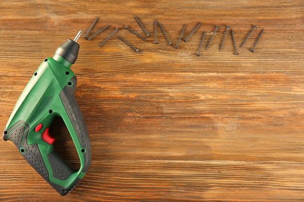 Chave de fenda elétrica para carpinteiro em madeira