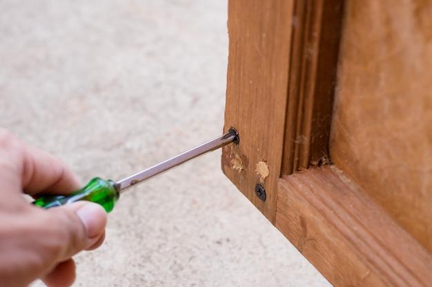 Chave de fenda em uma construção de madeira