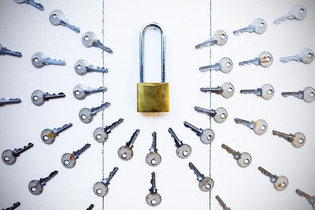Chave de mestre em torno da chave na equipe de fundo de madeira branca para o conceito de sucesso