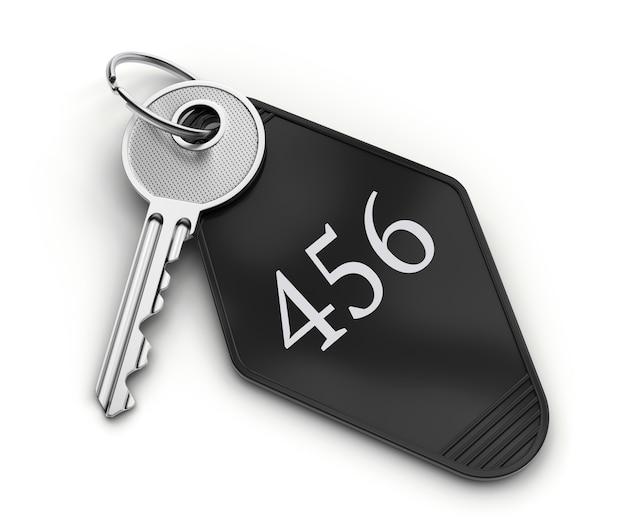 Chave de quarto de hotel com número isolado no fundo branco.