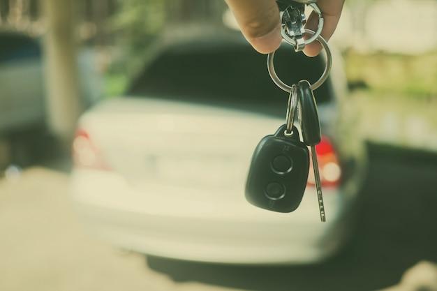 Chave do carro com o fundo do carro borrão, não beber e dirigir