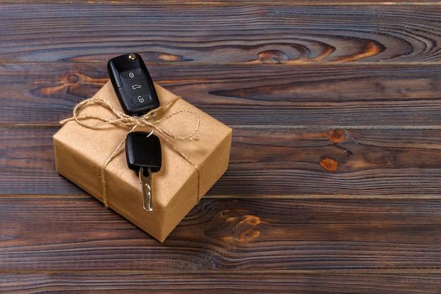 Chave do carro e caixa de presente