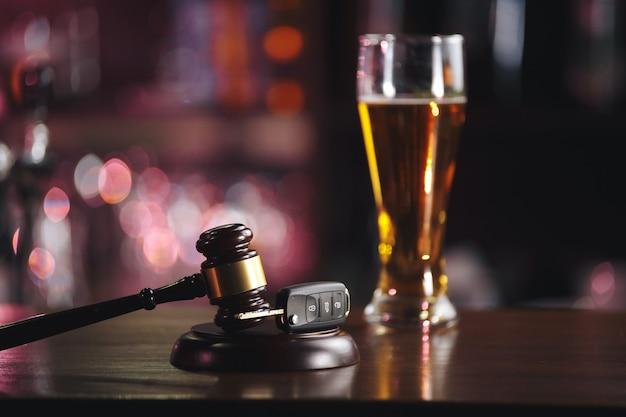 Chave do carro na caneca de cerveja, close-up