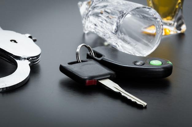 Chave do carro no bar com álcool derramado