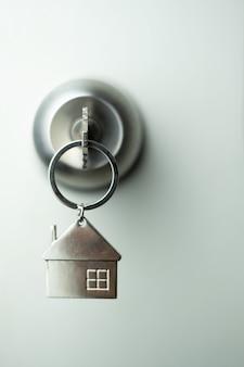 Chave do close up na porta, conceito pessoal do empréstimo. foco suave.