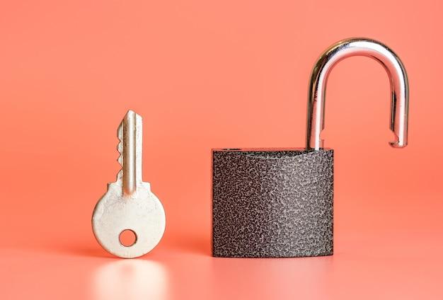 Chave e conceito de hacking de segurança de cadeado aberto