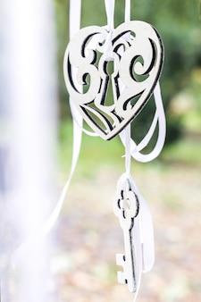 Chave e coração decorativo