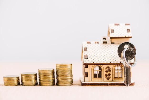 Chave e dinheiro perto da casa