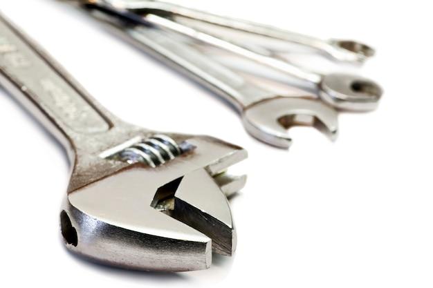 Chave inglesa ajustável, chave de boca aberta e régua de dobragem