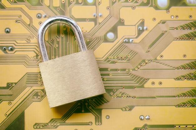 Chave mestra ou cadeado dourado em placas-mãe eletrônicas