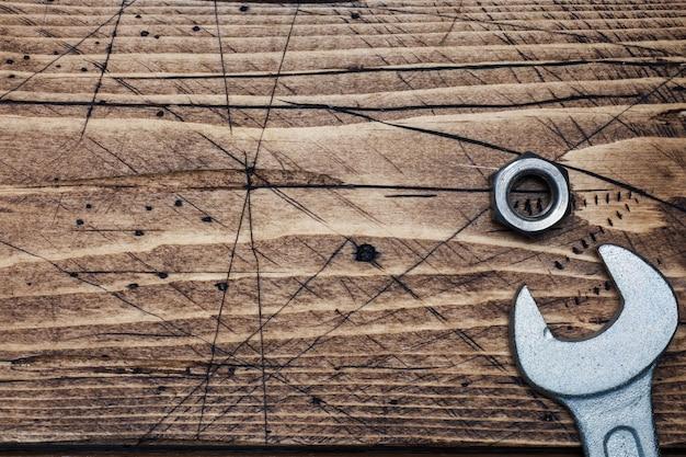 Chave no fundo de madeira com espaço da cópia. ferramentas de reparação.