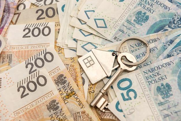 Chave para a casa lyi em dinheiro polonês, pln. conceito imobiliário