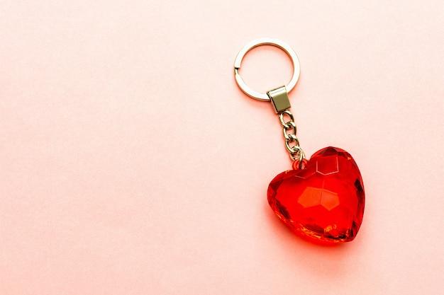 Chaveiro com coração vermelho feito de vidro transparente ou pedra lapidada