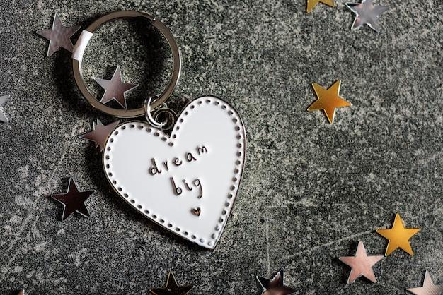 Chaveiro em forma de coração e slogan dream big