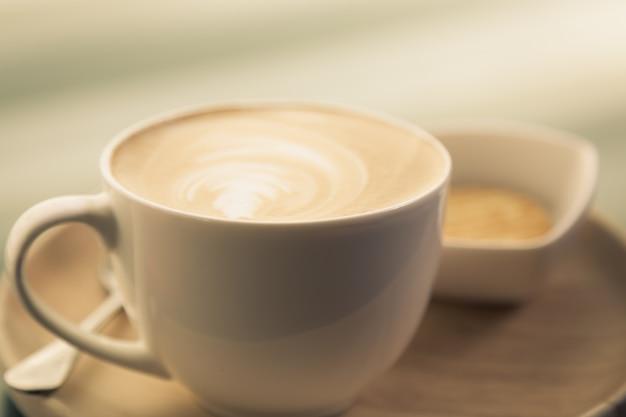 Chávena de café com uma bacia com bolinhos