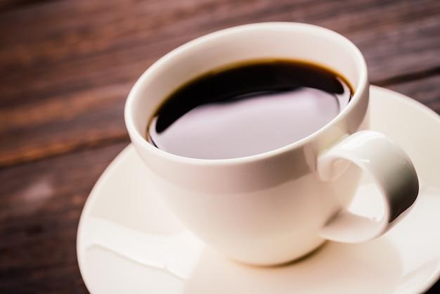 Chávena de café em uma mesa de madeira