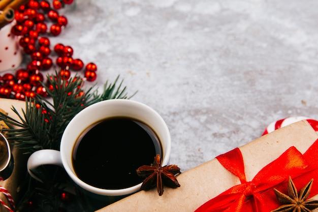Chávena de café fica no círculo feito de diferentes tipos de decoração de natal