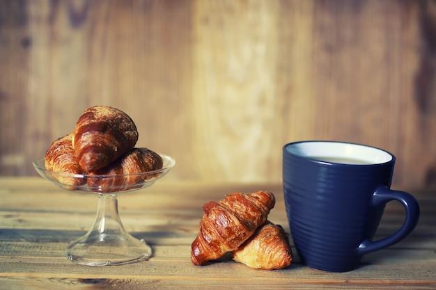 Chávena de chá com croissant