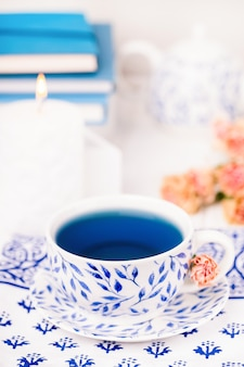 Chávena de chá de flor de ervilha borboleta azul orgânica em porcelana