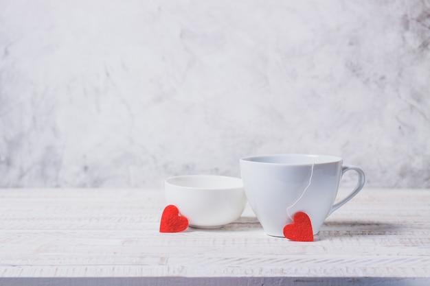 Chávenas de café com corações que saem deles