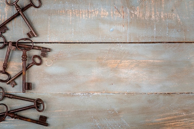 Chaves antigas em fundo de madeira