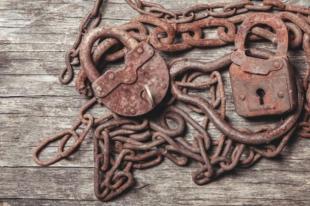 Chaves antigas fechadas em mesa de madeira vintage