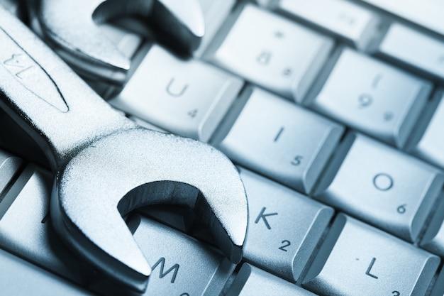 Chaves colocadas no teclado do laptop, close-up