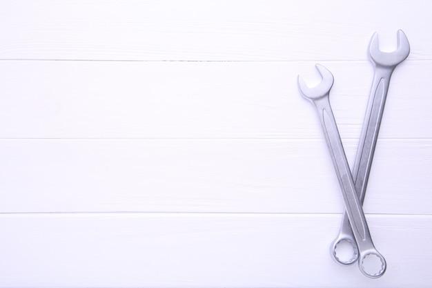Chaves combinadas para reparação na mesa de madeira branca