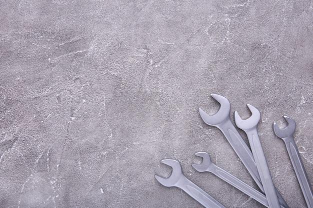 Chaves combinadas para reparo em concreto cinza