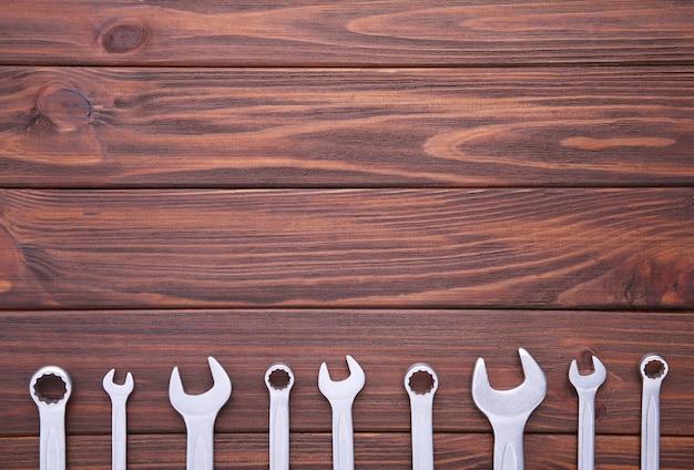 Chaves combinadas para reparo em madeira marrom