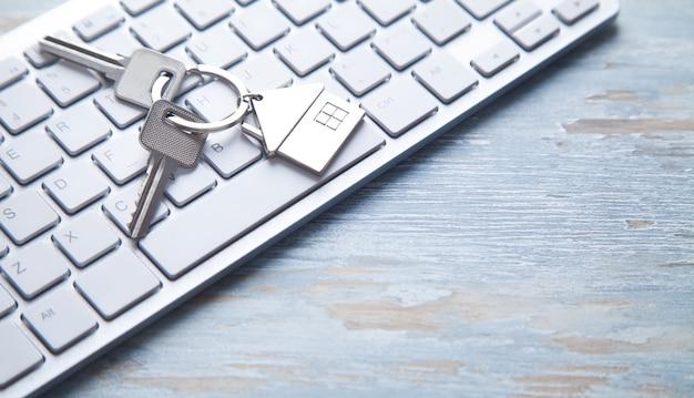 Chaves da casa no teclado do computador.