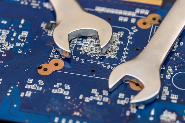 Chaves de aço na placa-mãe do pc close-up