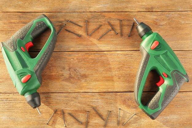 Chaves de fenda elétricas para carpinteiro em madeira