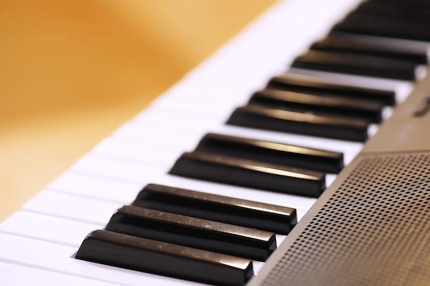 Chaves de piano antigas. close-up view.effect back and white color, conceito de fundo de instrumento musical