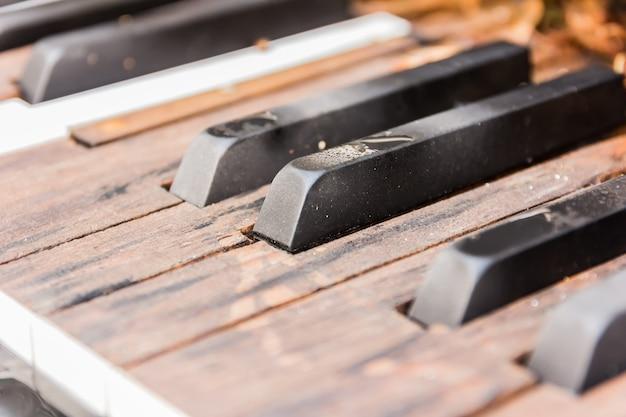 Chaves de piano velhas quebradas