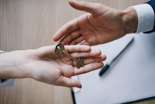 Chaves do apartamento concluindo um acordo de venda de corretor de imóveis