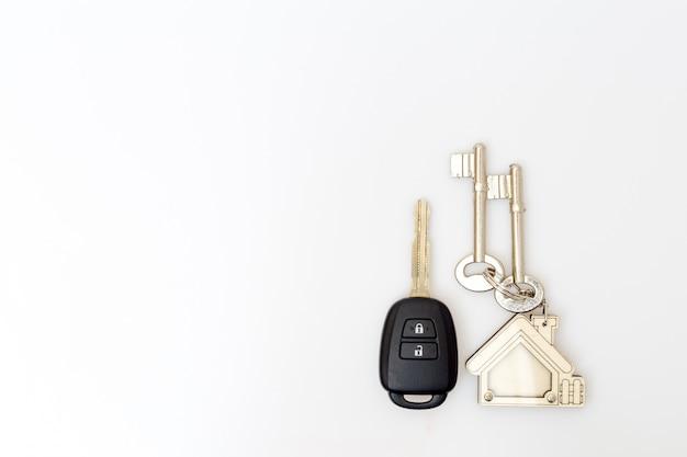 Chaves do carro e da casa na tabela. conceito de sucesso.