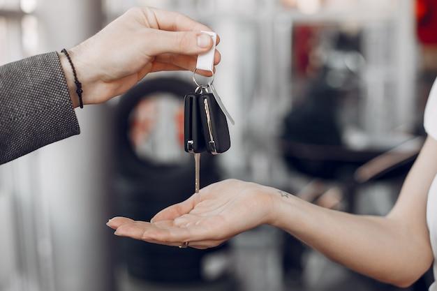 Chaves do carro em um salão de carro
