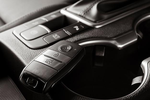 Chaves do carro novo, freio de mão elétrico dentro de um veículo, fechar a foto
