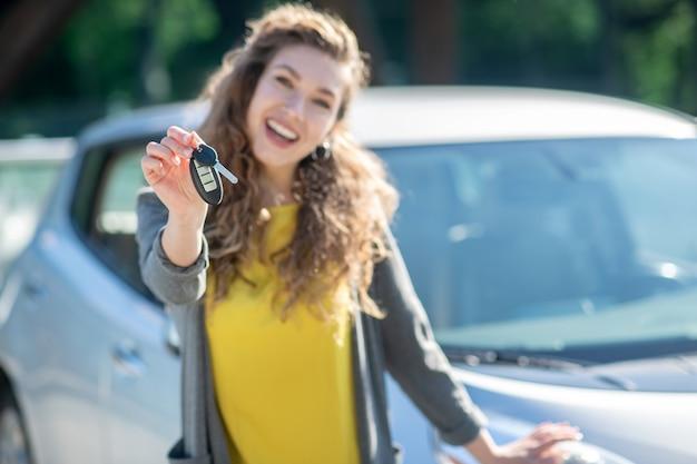 Chaves do carro novo na mão das meninas.