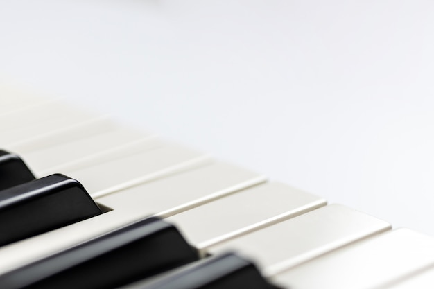 Chaves do piano com o espaço da cópia, isolado. teclado de piano ou sintetizador.
