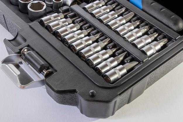 Chaves e ferramentas para reparação de automóveis. equipamento de trabalho. copie o espaço.