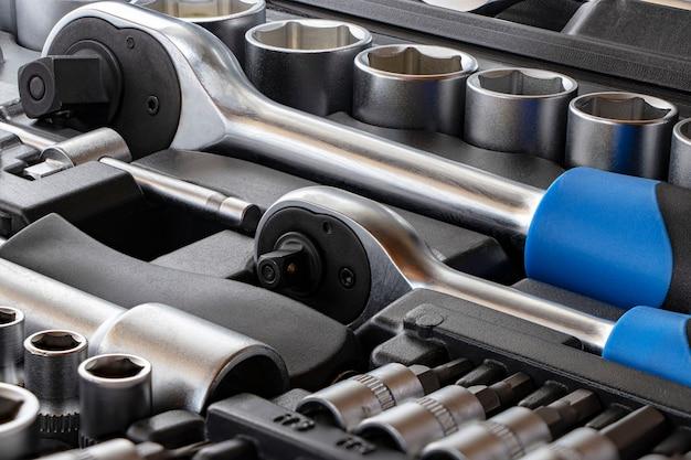 Chaves e ferramentas para reparação de automóveis. equipamento de trabalho.