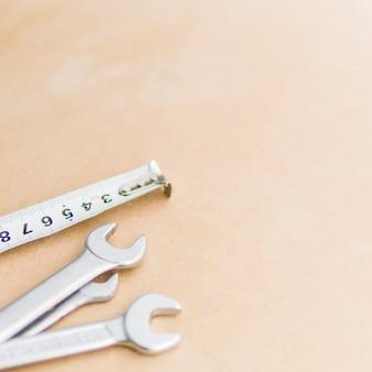 Chaves e fita métrica
