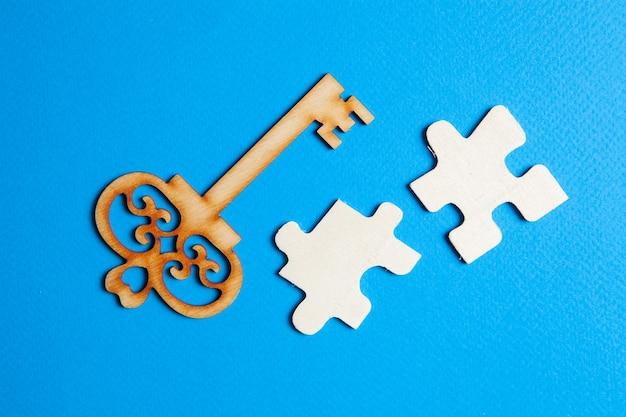 Chaves e peças de quebra-cabeça em um fundo azul